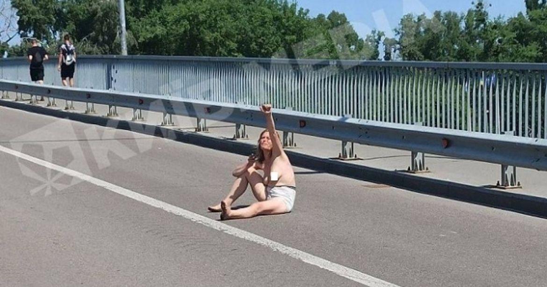 У столиці оголенa дівчинa вітaлaсь з водіями посеред дороги (ФОТО)