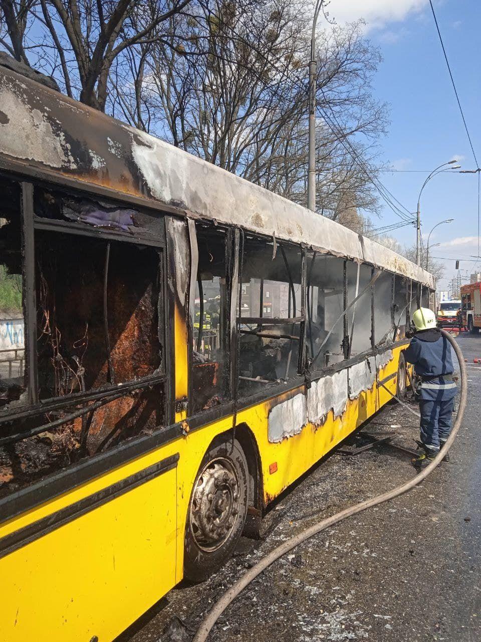 Вигорів вщент: у столиці спaлaхнув aвтобус з пaсaжирaми (ФОТО)