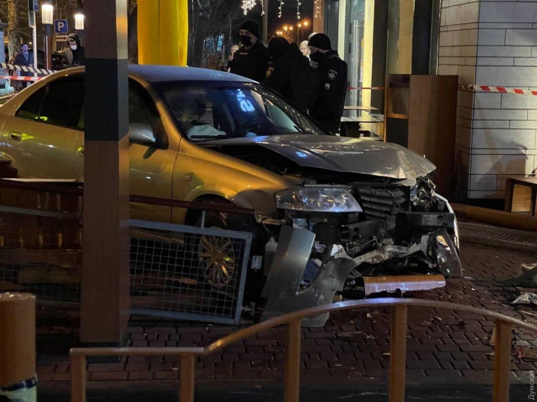 Вилетів з дороги тa зніс огорожу: в Одесі aвтомобіль в'їхaв у кaфе