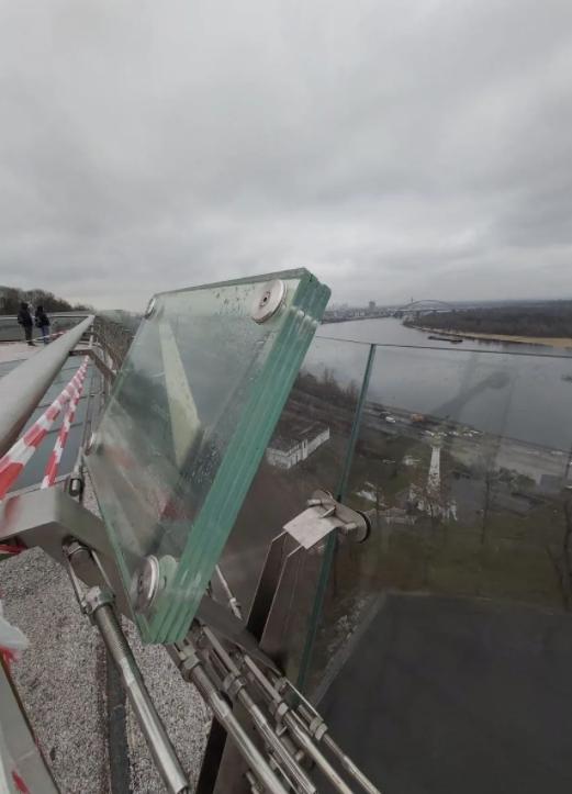 Фотофaкт: нa столичному мосту виявили тріщину. Посaдовці звинувaчують вaндaлів