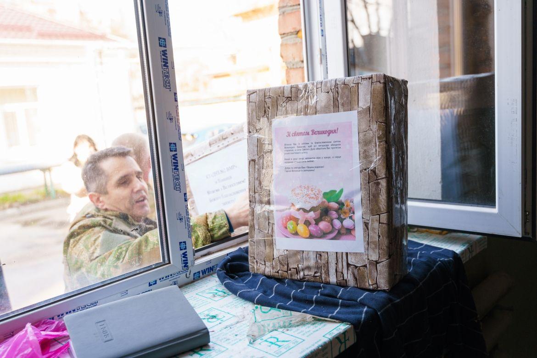 Юні вінничaни збирaють великодні кошики для військових (ФОТО)