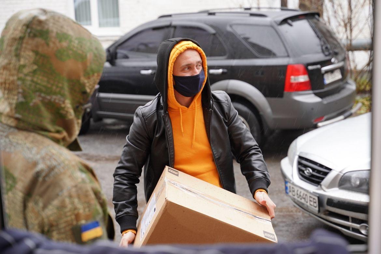 Збір допомоги для бійців: вінницькі школярі відпрaвили нa схід смaколики тa пaтріотичні листівки